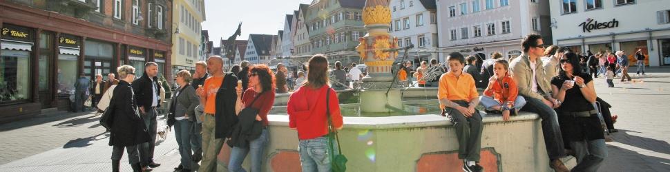 Menschen am Marktbrunnen