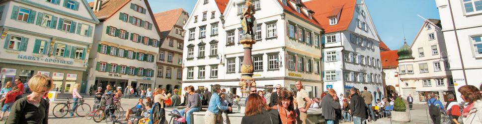 Menschen auf dem Biberacher Marktplatz