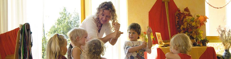 Kinder und Erzieherin beim Spielen